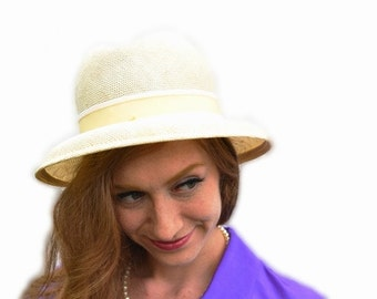 1950s Dorothy's Ecru Fedora Vintage Mid Century Tulsa Utica Square Luxury Boutique Bridal Salon Off-White Beige Summer Millinery Fashion Hat