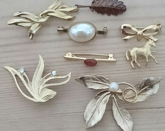 Lot of eight vintage brooches