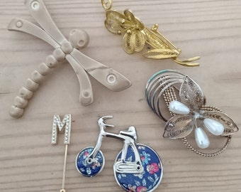 Lot of five brooches /pins