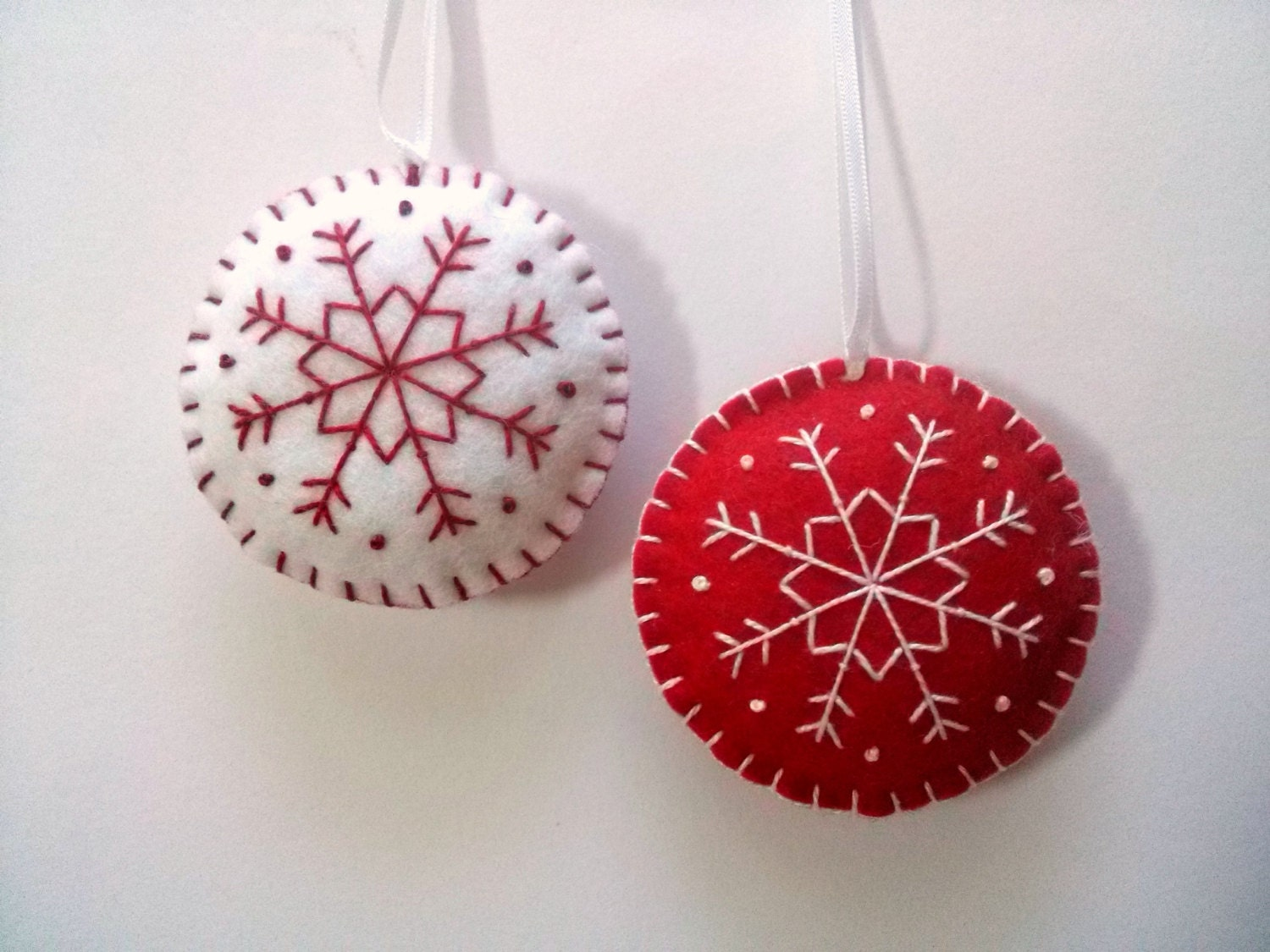 Embroidered christmas ornaments - Felt Red And White Christmas Ornaments Set Of 2 Round Ornaments White And Red Snowflake
