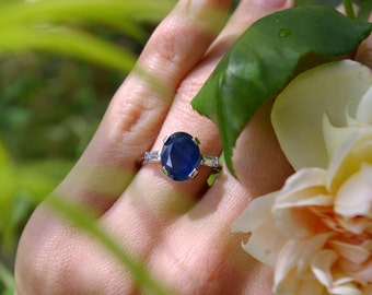 Saphire engagement ring and chopsticks diamonds in white gold custom