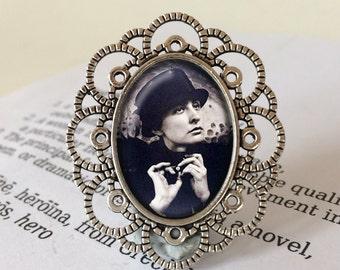 Georgia O'Keeffe Brooch - Georgia O'Keeffe Jewelry, Artist Brooch, Feminist Gift, Modernist Painter Gift, Georgia O'Keeffe Jewellery