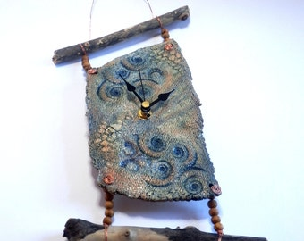 Wall clock, seashore with driftwood (009)