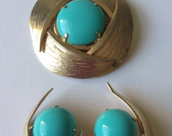 Vintage  Kramer  Gold Tone Textured  Set of Brooch and Clip on Earrings