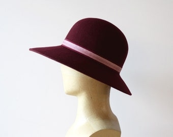 Burgundy wide-brimmed hat decorated with a geometrical pattern Ribbon