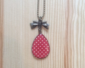Collar the precious red with white polka dots