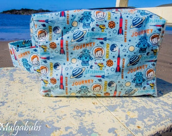 Small Toiletry Bag - Retro astronaut