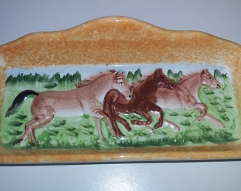 Pantequillero with landscape of three horses in shades of Brown. To put the very elegant butter.
