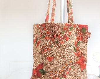 Tote bag in batik of Indonesia with nutty tones, model Kiwon