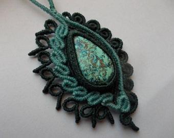 Macramè pendant with azzurrite.