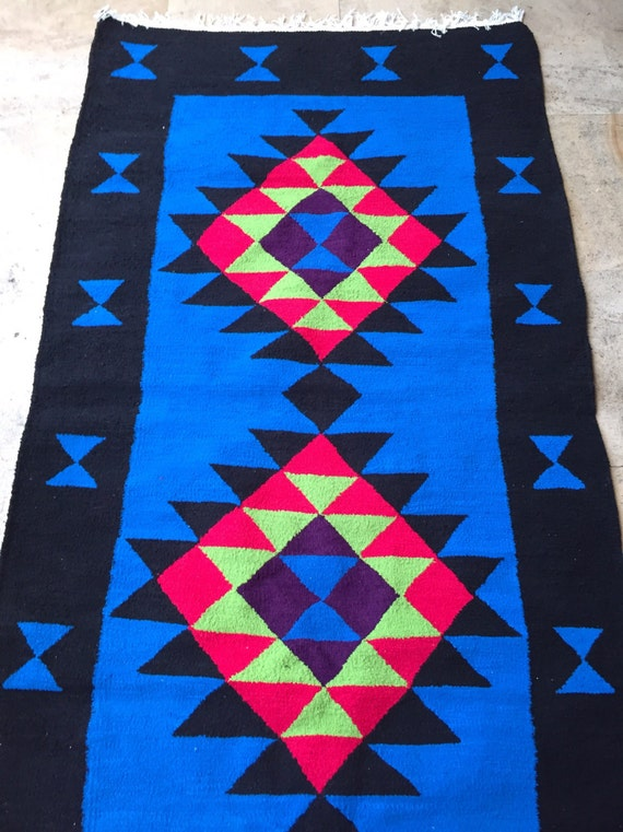 tapis berb re ethnique bleu noir rose fluo kilim rug artisanat. Black Bedroom Furniture Sets. Home Design Ideas