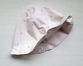 Baby's sunhat with green dots