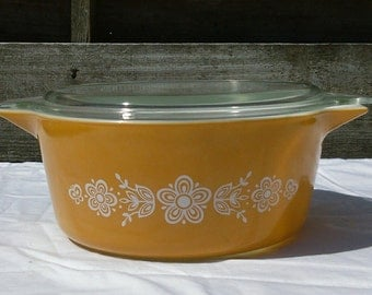 Vintage Pyrex 2.5 qt casserole dish with lid in butterfly gold 2