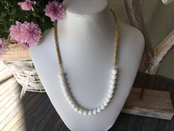 Simple necklace of gemstones with chain gold chain white jade gemstone halbmond