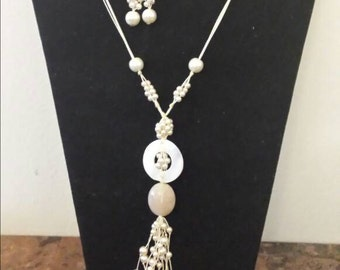Long necklace beige