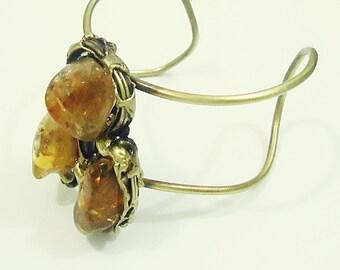 Bracelet in varnished aged brass with citrine stones.
