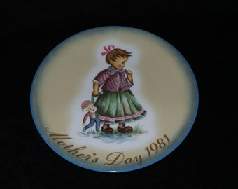 """1981 Schmid Mother's Day """"Playtime"""" Collector Plate Inspired by Berta Hummel"""