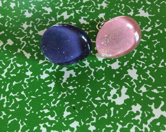 Pink or purple jewel with white glitter on a silver ring