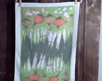 Vintage cotton tea towel with onion, scallion and garlic design.  Kitchen Towel. Lois Long towel. Bar towel. Cotton towel.  25 1/2 x16 1/2