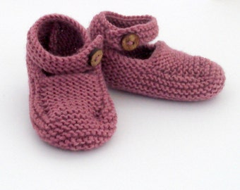Knitting pattern:  baby strap shoes knitted in garter stitch
