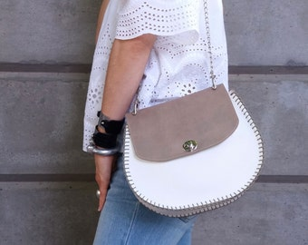 Saddle Bag. Leather Crossbody Bag. Bolsos. Sac Cuir. Satteltasche. Bagstream Bag. Borsetta. クロスボディバッグ. Calashian Bag. Shoulder bag. Taupe