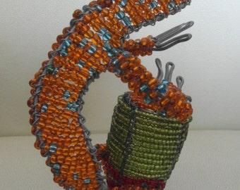 Gecko aus Massai-Perlen mit einer Trommel