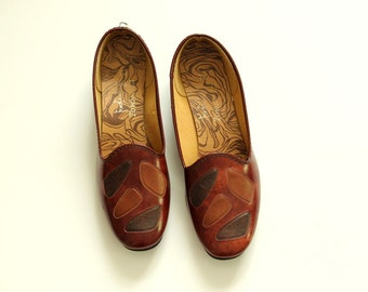 patchwork brown loafers . womens shoes size 7.5 by Town-Fair . pebble pattern slip ons . mid century 1950s / 1960s flats . mcm preppy