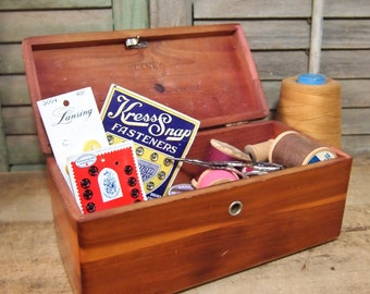 Cedar Box Chest, Lane Wooden sample box Larson Furntiture Mobridge small mini keepsake Vintage