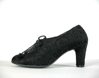 Vintage 90s Flapper Shoes 4-1/2 Laure Bassal Oxford Pumps in a black raised brocade