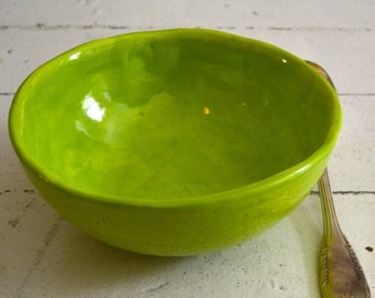 LIME Bowl - PIQUÉ pattern on the outside - high bowl - round shaped - Wobbly Plates Series