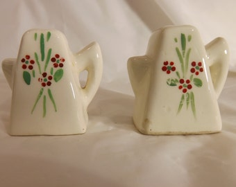 FREE SHIPPING vintage salt and pepper shakers (Vault 14)