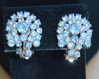 Pretty Vintage Light Blue Rhinestone Clip Earrings, Silver tone (Z4)