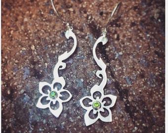 Creeping Flower Ear w-Stone (Peridot)
