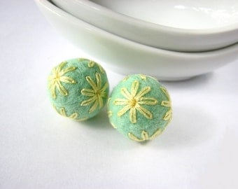 Set of round mint felted wool beads with yellow floral ornaments. Felt ornaments, wool oraments, embroidery earrings, handmade bead, pastels