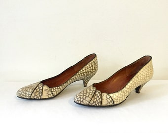 Vintage 80s 1980s Snakeskin Spanish Kitten Heels Shoes Pumps Size 6 Brown Cream Ivory Tan Grey Gray Office