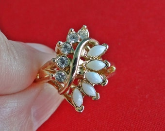 UNCAS signed Vintage size 5  ring with opals and rhinestones in great condition