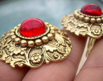 Vintage Ornate Stunning Red and gold tone, round Vintage Clip on earrings, great design