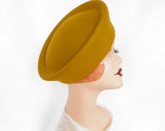 Vintage 1960s hat, gold toque, excellent