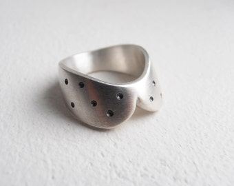 Simple Collar With Little Black Dots - sterling silver ring