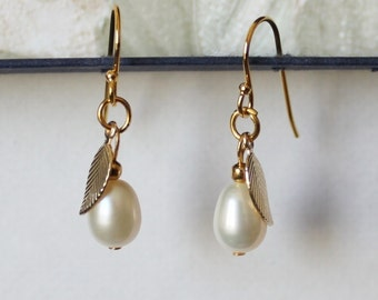 Fresh water pearl drop earrings- Bridesmaid earrings- gold Leaf earrings- 14K Gold pearl earrings- Bridesmaid jewelry- Bridesmaid gift