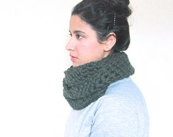 Chunky Cowl, Infinity Scarf, Cowl Snood Scarf in Emerald Green handmade in 100% Wool - READY TO SHIP