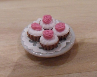 4 cupcakes with roses