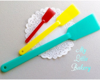 Best spatula ever. A set of three different size spatula for cookie &cake decorating.