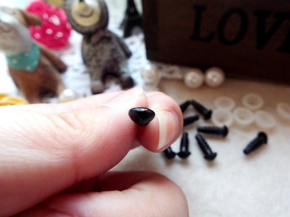 7mm Triangle Safety nose Colored Doll nose Toy nose Doll Parts Animal nose Plush nose Teddy Bears nose Plastic nose - black - 10 pcs