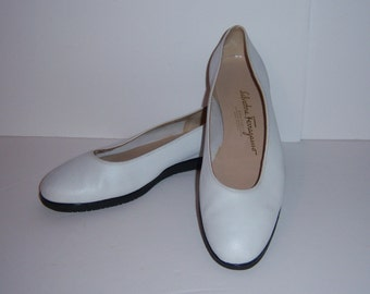 Vintage Salvatore Ferragamo White Leather Ballerina Flats Skimmers Shoes 8 C Made in Italy Ferragamos