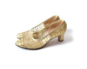 Gold Shoes, Size 9 Shoes, Gold Pumps, 1960s Shoes, 60s Shoes, Gold 1960s Shoes, Gold 60s Shoes, Vintage Shoes, 9 gold shoes