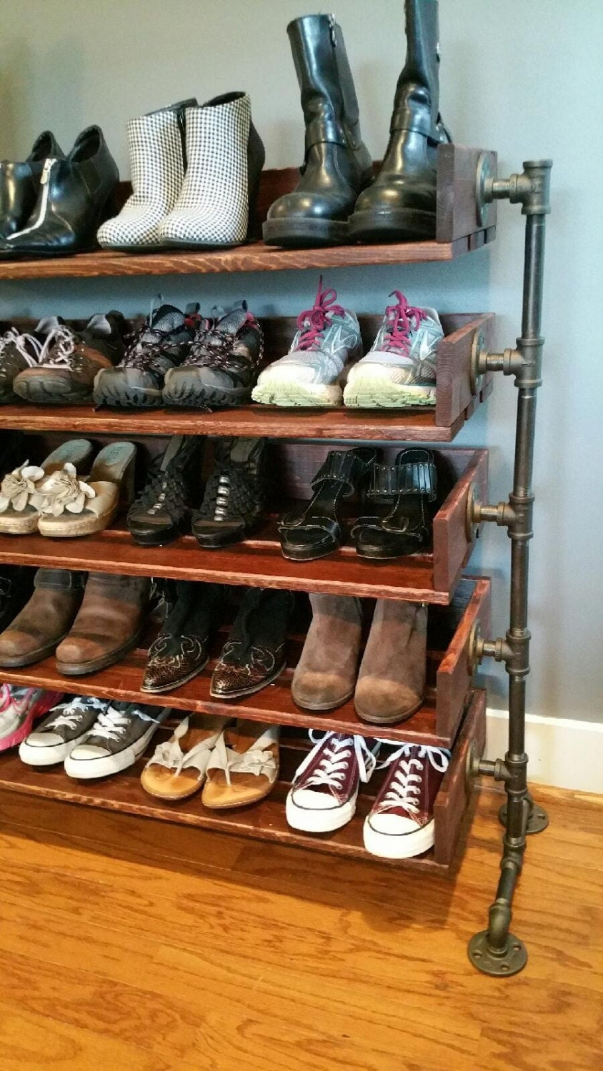 Rustic wood shoe shelves with pipe stand legs for Zapateras de madera