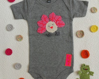 Baby bodysuit in grey cotton personalised with bird embroidery appliqué - short sleeve