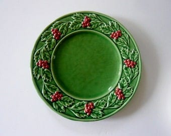 Bordallo Pinherio Majolica Holiday Plate Green with Red Holly Berries 9 1/2 Inch
