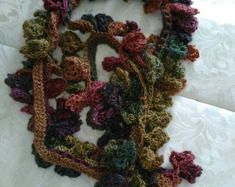 Crochet scarf in multicolor.